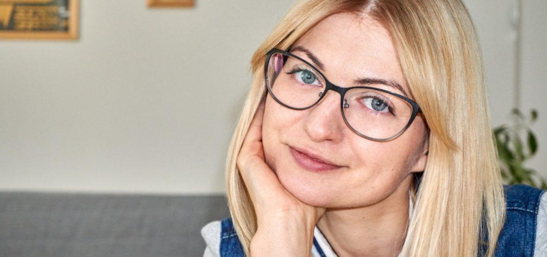 Ada, założycielka bloga ma blond długie włosy i niebieskie oczy