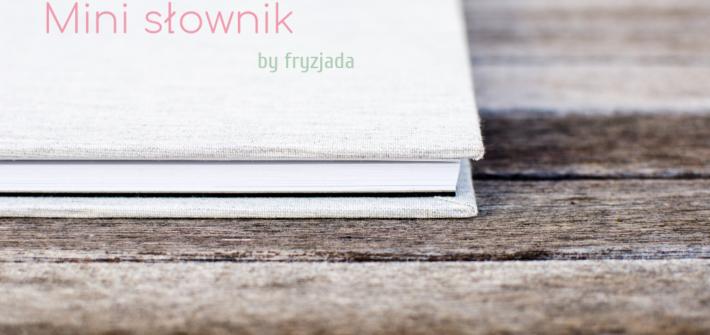 biała ksiązka na drewnianym tle