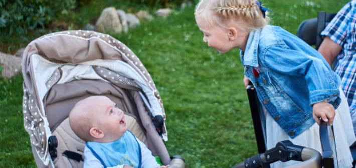 dwoje dzieci, chłopiec i dziewczynka śmiejące się do siebie