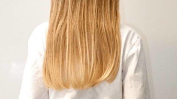 Mała dziewczynka z długimi włosami