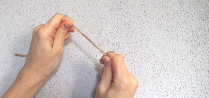 dłonie ze sznurkiem w palcach