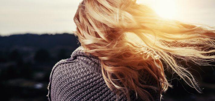 włosy blond na tle zachodzącego słońca