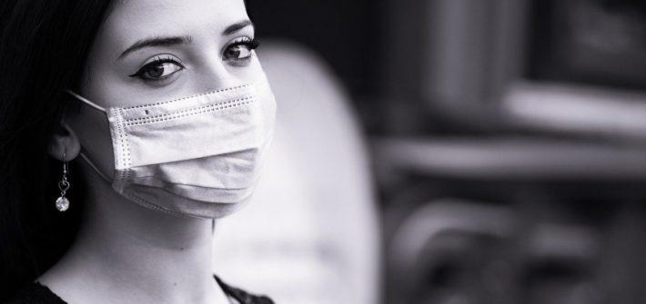 dziewczyna, brunetka z maseczką medyczną na twarzy