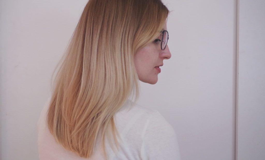 blondynka na białym tle