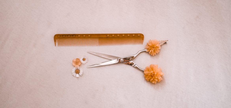nożyczki fryzjerskie i grzebień wsród kwiatków