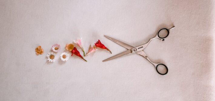 nożyczki fryzjerskie na blado różowym tle