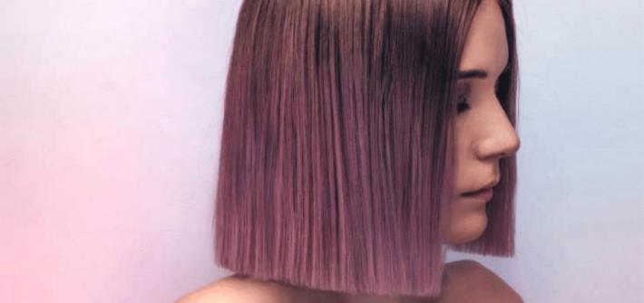 kolorowe włosy do ramion w odcieniu fioletowym.